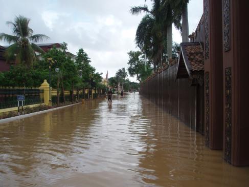 Air di luar pagar istana